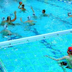 Eine beachtliche Spielreife und Disziplin hatten die Bayreuther Wasserballer, D-Jugend in ihrem ersten Spiel in der Bayernliga an den Tag gelegt; hier die Bayreuther Verteidigung in weißen Mützen vor ihrem Torhüter Max Berch, der mit glänzenden Paraden üb